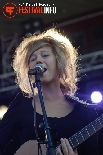 Selah Sue op Into The Great Wide Open 2010 foto