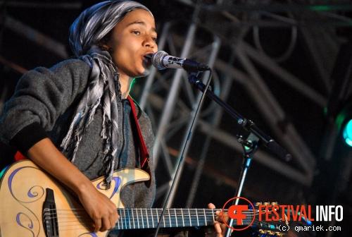 Foto Nneka op Bevrijdingsfestival Overijssel 2011