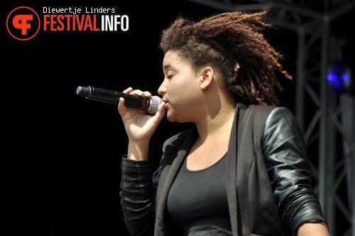 Julia van der Toorn op Bevrijdingsfestival Den haag foto