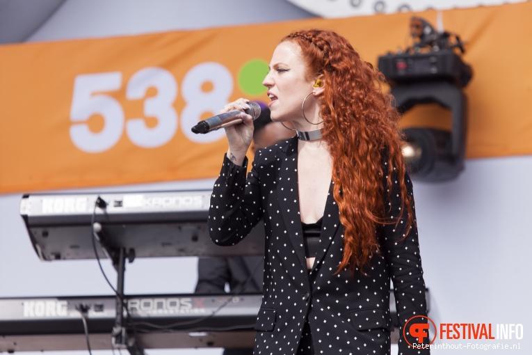 Jess Glynne op 538 Koningsdag 2016 foto
