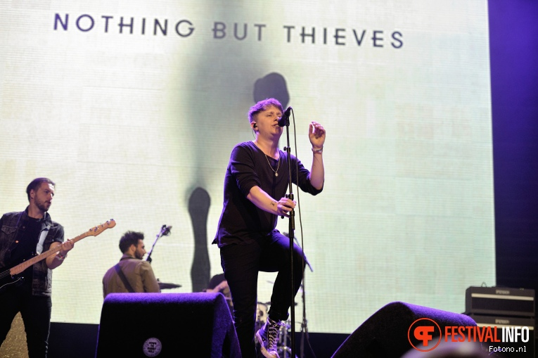 Nothing But Thieves op Down The Rabbit Hole 2016 - Zondag foto