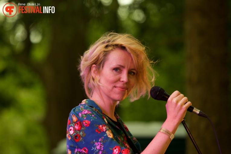 Janne Schra op Fields of Joy Festival 2016 foto