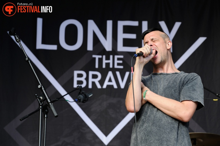 Lonely The Brave op Welcome To The Village 2016 - Zondag foto
