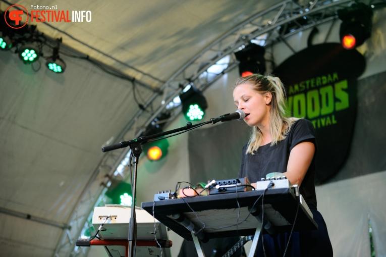 Amber Arcades op Amsterdam Woods Festival - Zaterdag foto