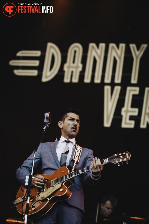 Foto Danny Vera op Bevrijdingsfestival Overijssel