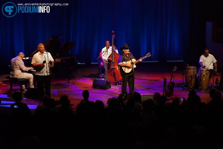 Foto Eliades Ochoa op Eliades Ochoa - 29/04 - TivoliVredenburg