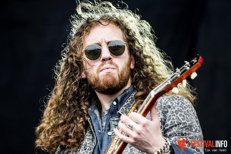 Tyler Bryant & The Shakedown op Graspop Metal Meeting 2018 - Vrijdag foto