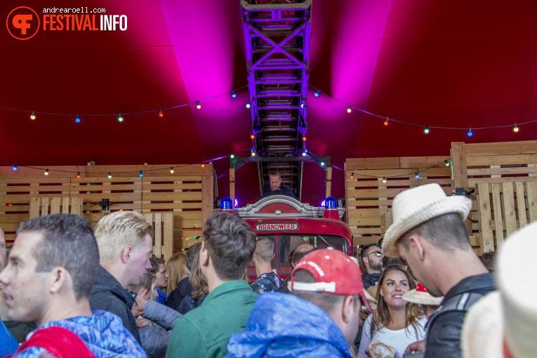 DJ Dennis Wisse op Strandfestival ZAND 2018 foto