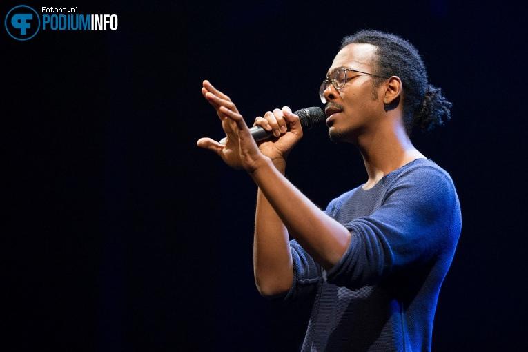 Jeangu Macrooy op Muzikale Helden (generale repetitie) - 12/09 - De Kleine Komedie foto