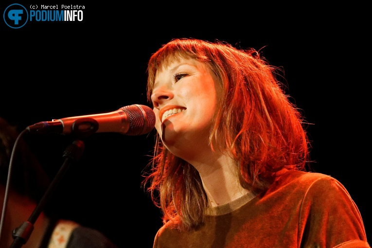 Marlene Bakker op Daniel Lohues - 13/10 - TivoliVredenburg foto