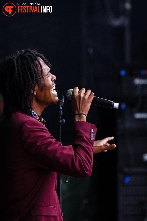 Foto Jeangu Macrooy op Bevrijdingsfestival Overijssel 2019