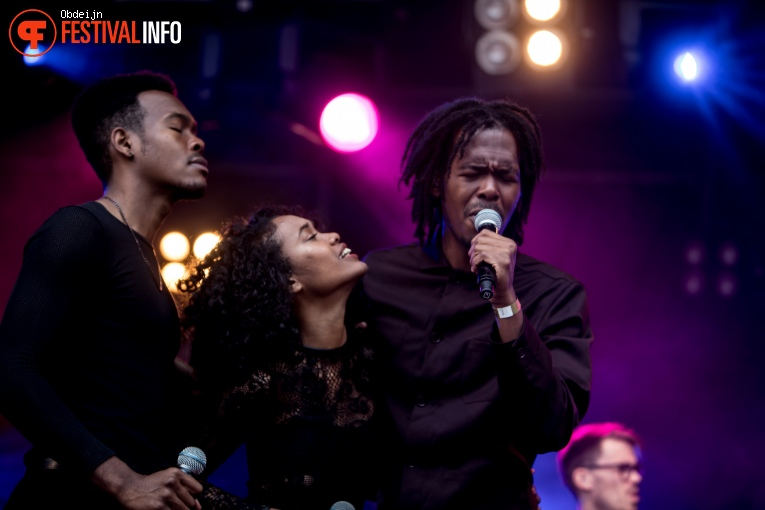 Foto Jeangu Macrooy op Fields of Joy Festival 2019