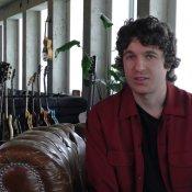 Nieuw album The Kooks gaat tegen de stroom in video