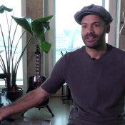 Alain Clark forceert zichzelf kwetsbaar te zijn op podium video