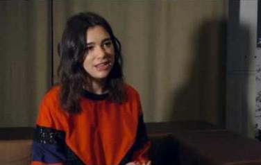 Video: Dua Lipa zingt relatieperikelen van zich af