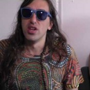 Crystal Fighters negeert druk muziek industrie video