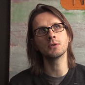 Video: Steven Wilson spiegelt zich aan eenzame dode vrouw