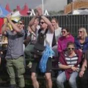 Video: Naakt op een brommer op Lowlympische spelen