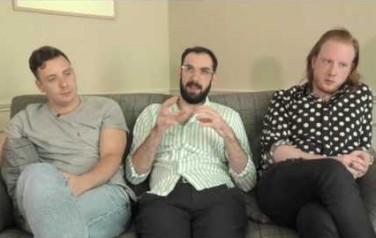 Video: Two Door Cinema Club tourde zichzelf ziek