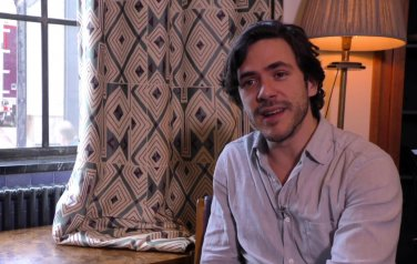 Video: Jack Savoretti accepteert rol als entertainer